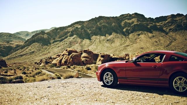 荒野と赤い車