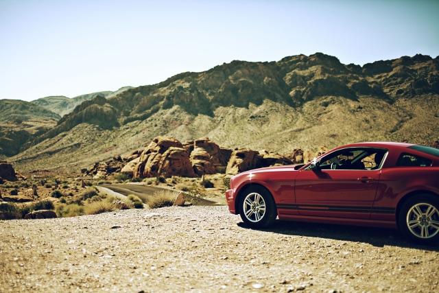 荒野に佇む赤い車
