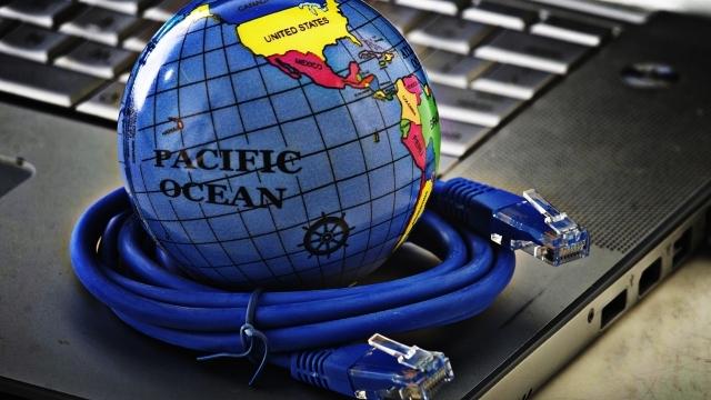 パソコンの上の地球儀