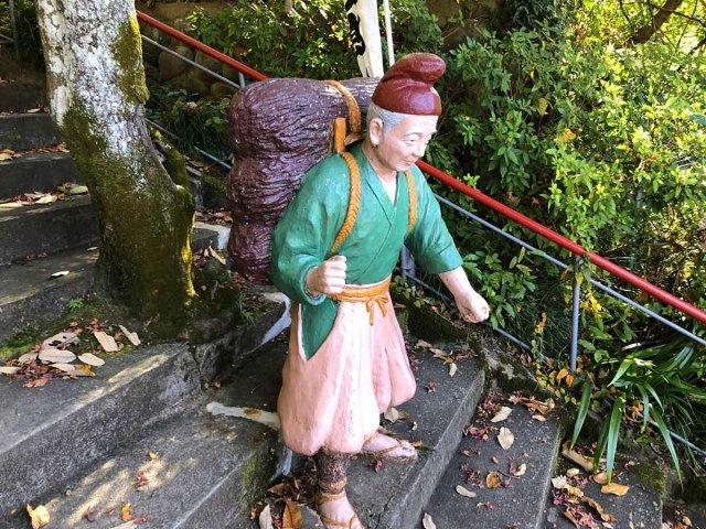 桃太郎神社のおじいさん銅像