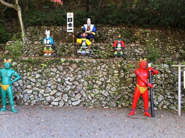 桃太郎神社の家来たち銅像