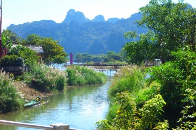 ラオスのバンビエン村の川