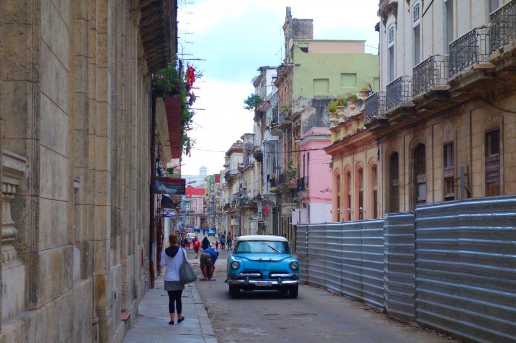 ハバナの路地裏とクラシックカー